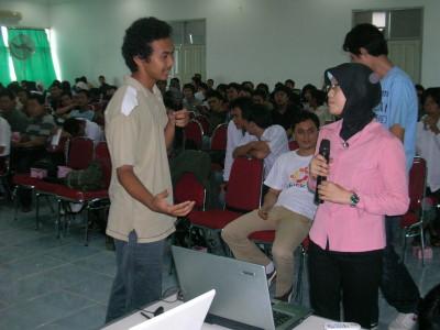 Satrio membimbing salah satu peserta melakukan istalasi Linux via USB