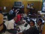 Tim sedang mempersiapkan semua komputer + kunjungan Linux Lovers SMA3 Prabumulih