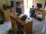 Semua komponen, server, klien, switch, modem dan kabel-kabel dipasang pada posisi masing-masing